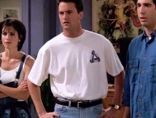 Chandler portant un T-shirt manches courtes dans la séries Friends (1996)