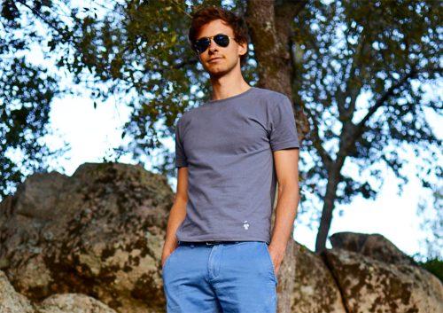 Guerric de Ternay en T-shirt gris anthracite col rond