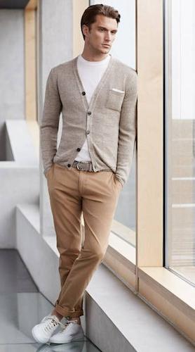 Un cardigan et un T-shirt blanc : Style preppy décontracté