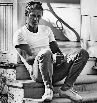 Simple, mais efficace : Steve McQueen portant un T-shirt blanc avec style