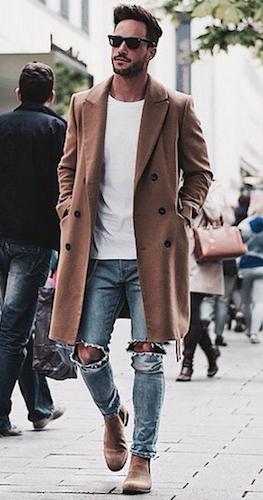Le style et la couleur des chaussures rappellent le manteau beige