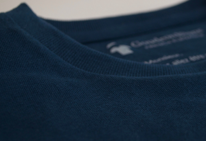 Le tissu ultra doux du T-shirt GoudronBlanc (la qualité est visible à l'œil nu).