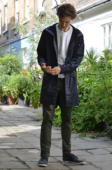 Manteau imperméable Rains pour homme avec T-shirt GoudronBlanc