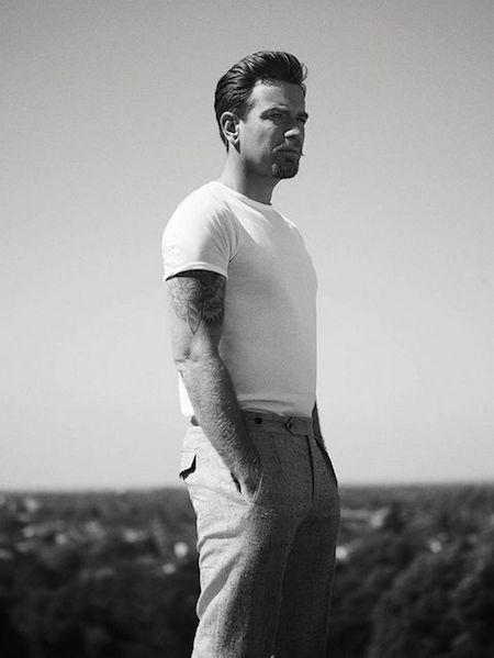Erwan McGregor avec son T-shirt rentré dans le pantalon