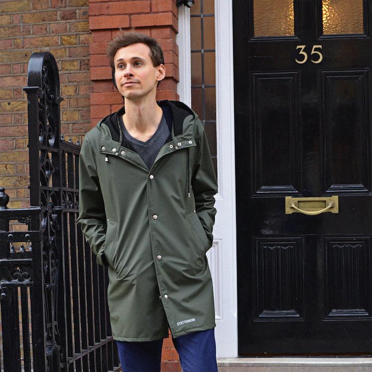 Le manteau de pluie pour homme de la marque Stutterheim, porté avec un T-shirt GoudronBlanc