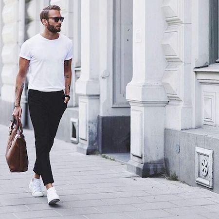 T-shirt col rond dans pantalon noir avec sneakers blanches