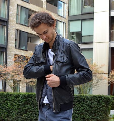 Example de layering: cardigan homme, veste en cuir et T-shirt GoudronBlanc