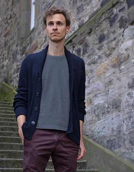 Pantalon bordeaux homme + T-shirt gris chiné GoudronBlanc + Cardigan bleu marine