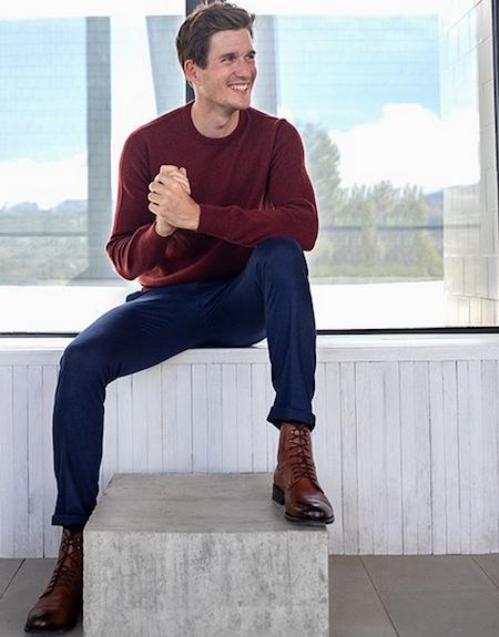 Pull bordeaux avec un pantalon bleu marine et des chaussures marrons