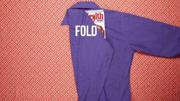 Plier un T-shirt avec un magazine - Technique facile