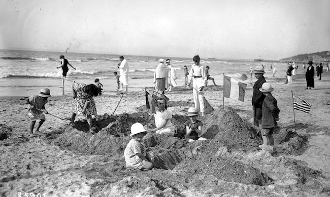 Familles en vacances à la plage dans les années 30