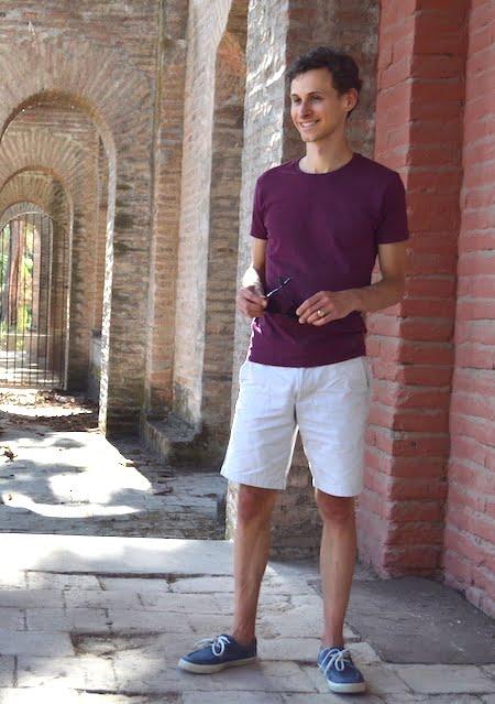 Exemple d'un short beige en coton avec un T-shirt GoudronBlanc
