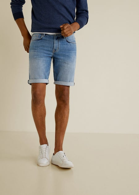 Short jean homme et sneakers blanches