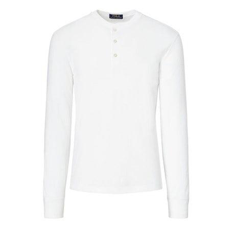 Un T-shirt col tunisien blanc penche trop vers le style pyjama...