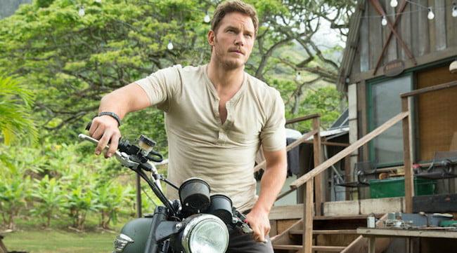 Dans Jurassic World, Chris Pratt porte un henley à plusieurs reprises