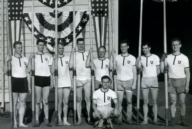 Les membres de cette équipe d'aviron utilisaient le henley comme tenue