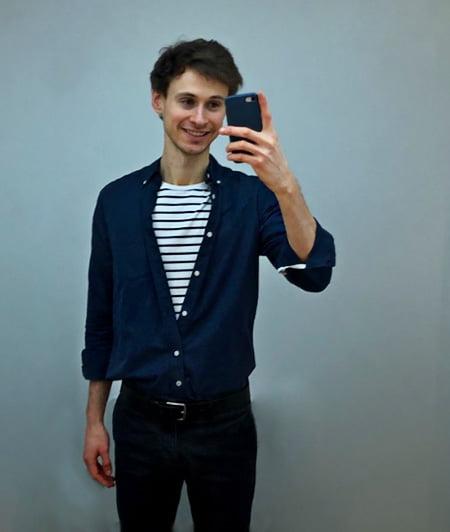 Comment porter un T-shirt mariniere GoudronBlanc et une chemise bleue
