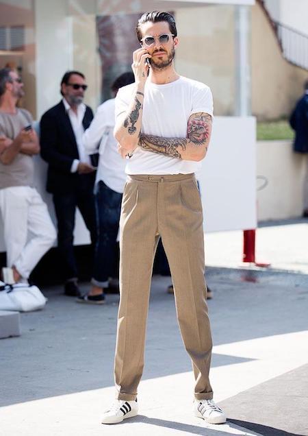 T-shirt blanc rentré dans un pantalon beige