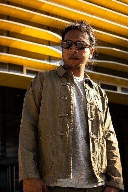 Veste de travail beige pour homme avec un T-shirt gris GoudronBlanc