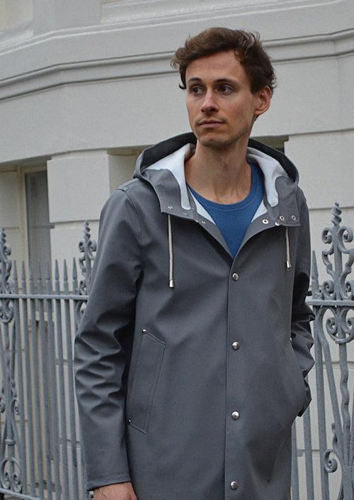 Porter T-shirt bleu indigo et manteau gris