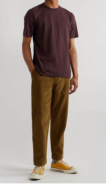 Porter T-shirt bordeaux avec pantalon camel