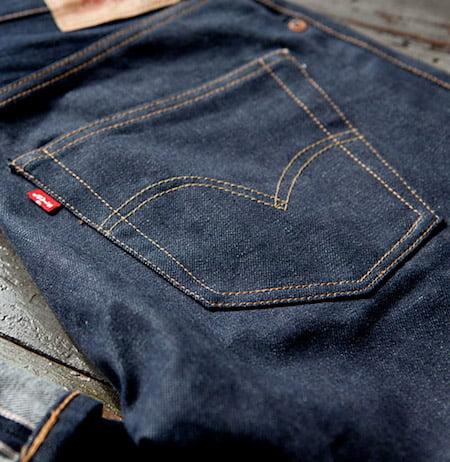 Arcuate de la poche arrière d'un jean Levi's 501
