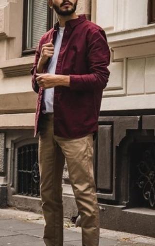 Commenter porter chemise bordeaux avec un pantalon beige