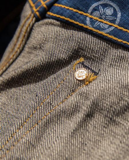 Rivet caché à l'intérieur de la poche du jean