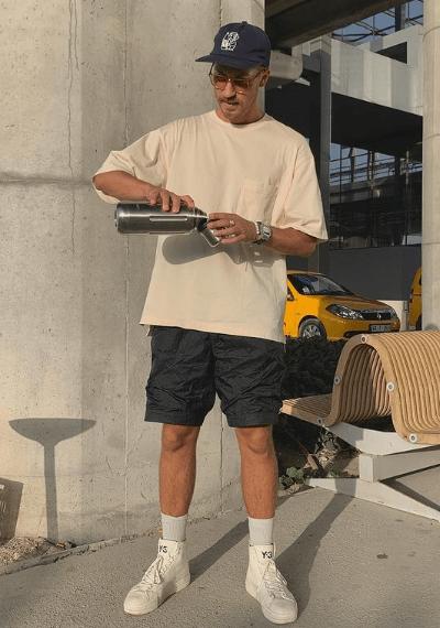 T-shirt blanc oversize porté avec un short