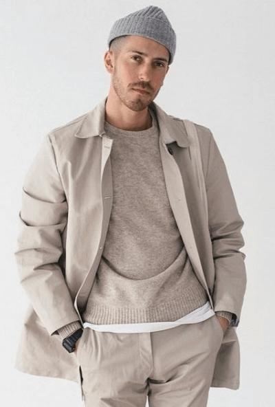 T-shirt oversize avec pull et manteau beige