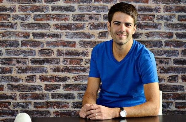 Airbnb avec un T-shirt bleu col V pour homme