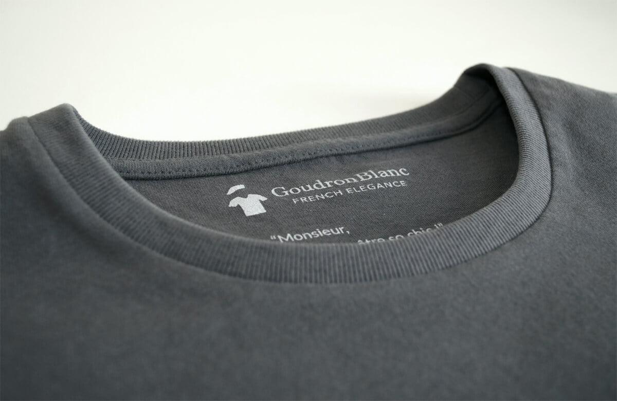 Col rond du T-shirt gris anthracite
