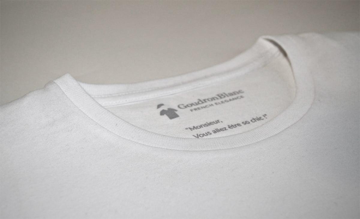 Col rond du T-shirt GoudronBlanc