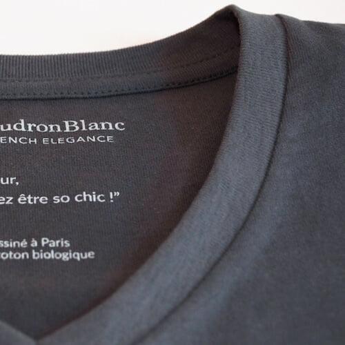 Encolure du T-shirt gris anthracite avec sérigraphie au cou