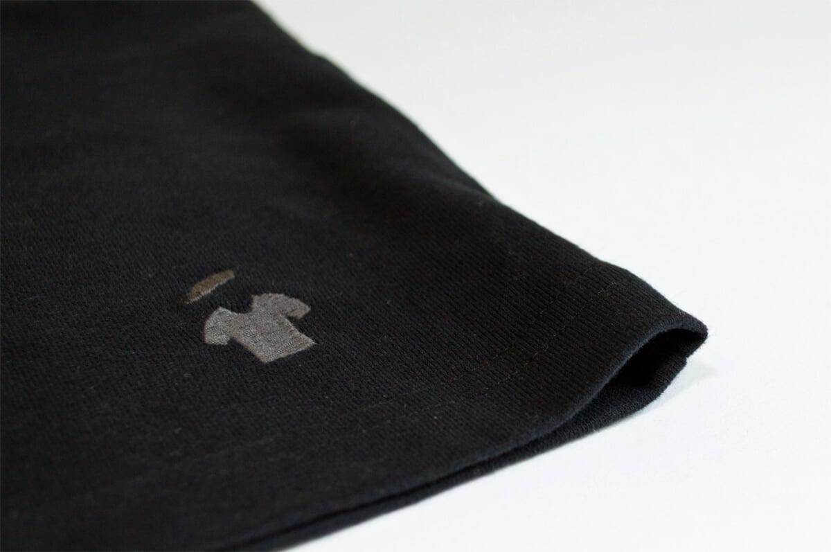 Logo GoudronBlanc sur le T-shirt noir