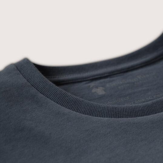 Bord cote du col rond du T-shirt gris ardoise