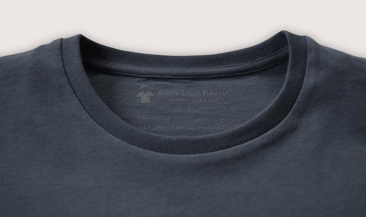 Col rond du T-shirt gris ardoise
