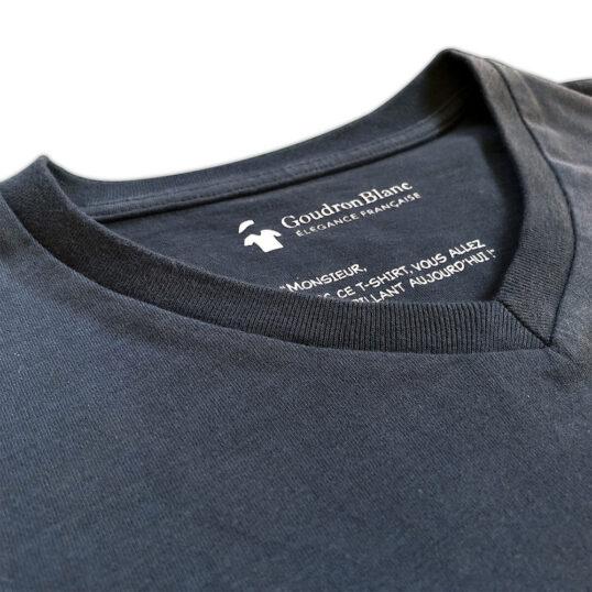Col V du T-shirt gris ardoise