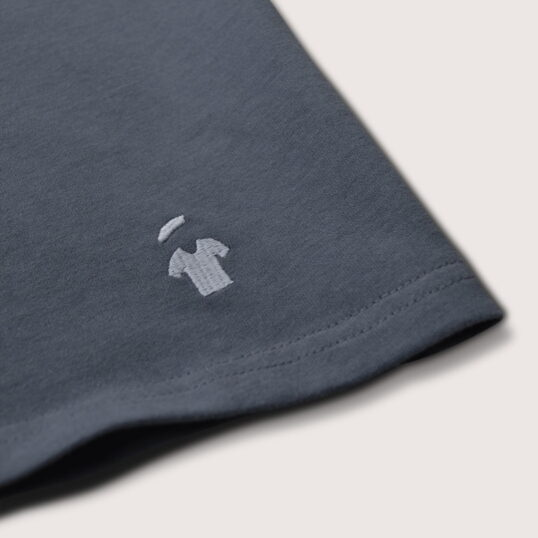 Logo brodé GoudronBlanc du T-shirt gris ardoise