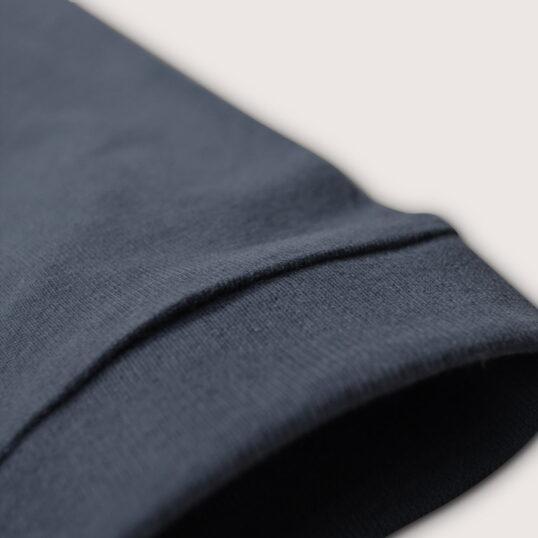 Détail de la manche longue du T-shirt gris ardoise