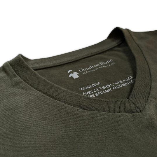 Col V du T-shirt kaki aviateur