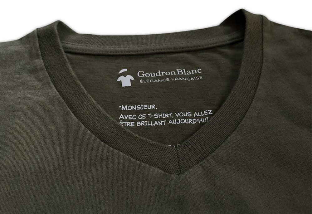 Encolure col V du T-shirt kaki aviateur