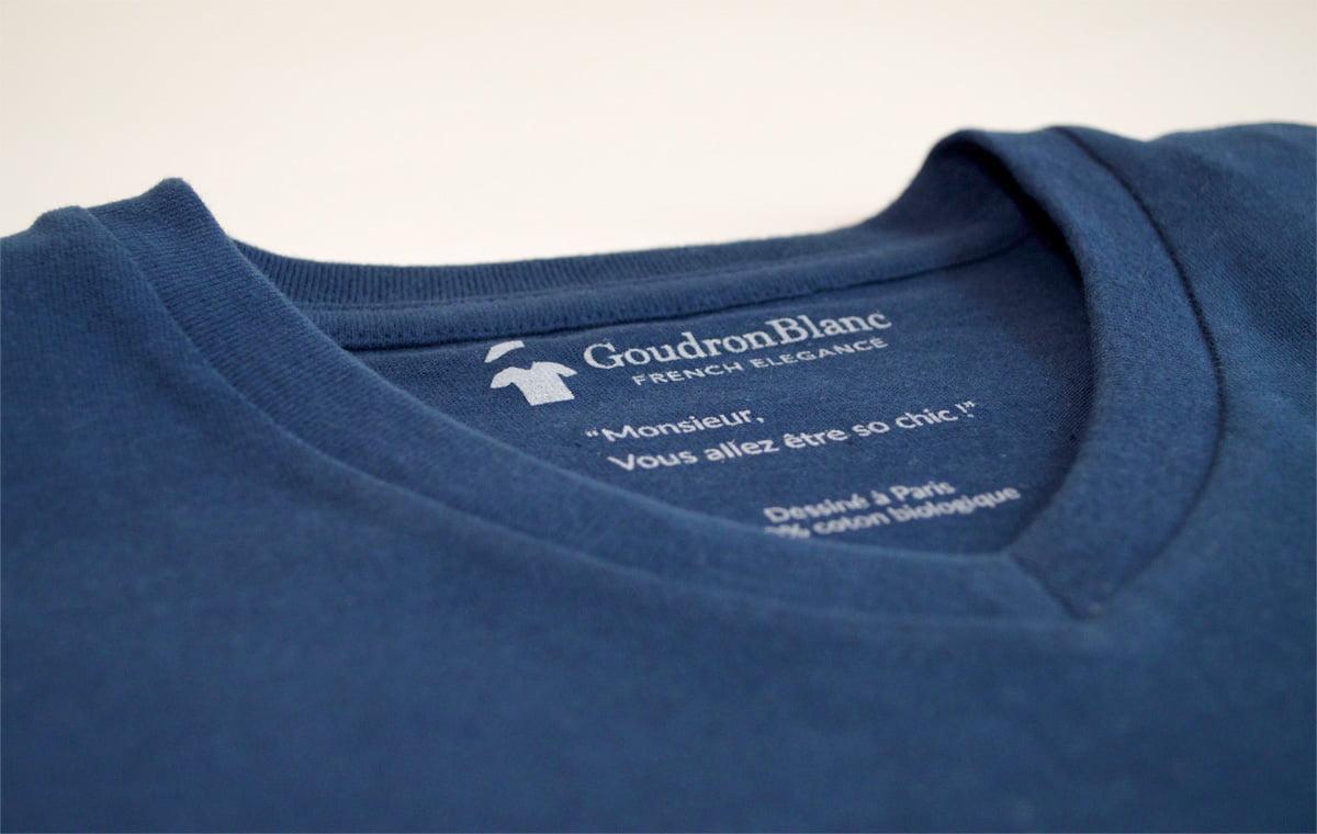 Col V du T-shirt col V indigo - Marque GoudronBlanc