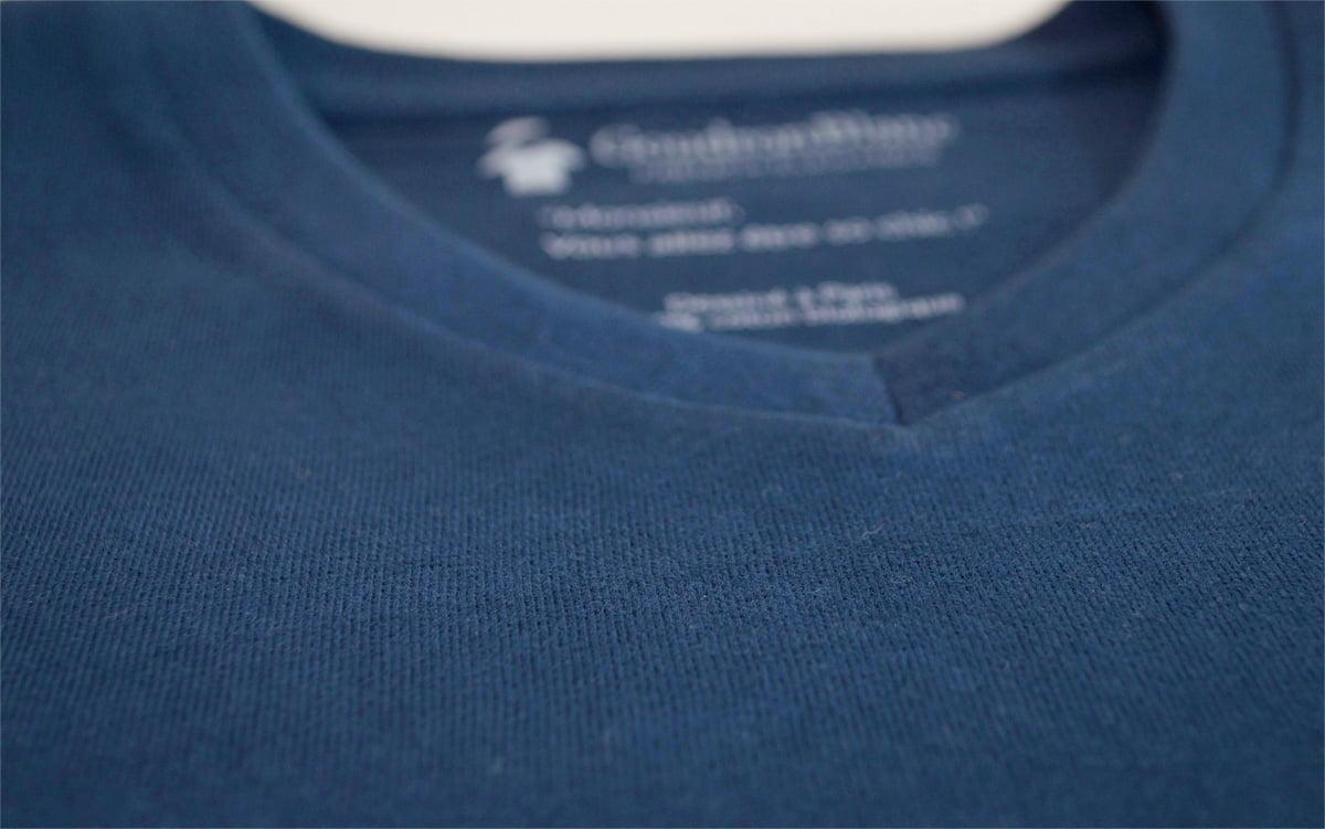 Tissu jersey en coton bio indigo du T-shirt col V GoudronBlanc