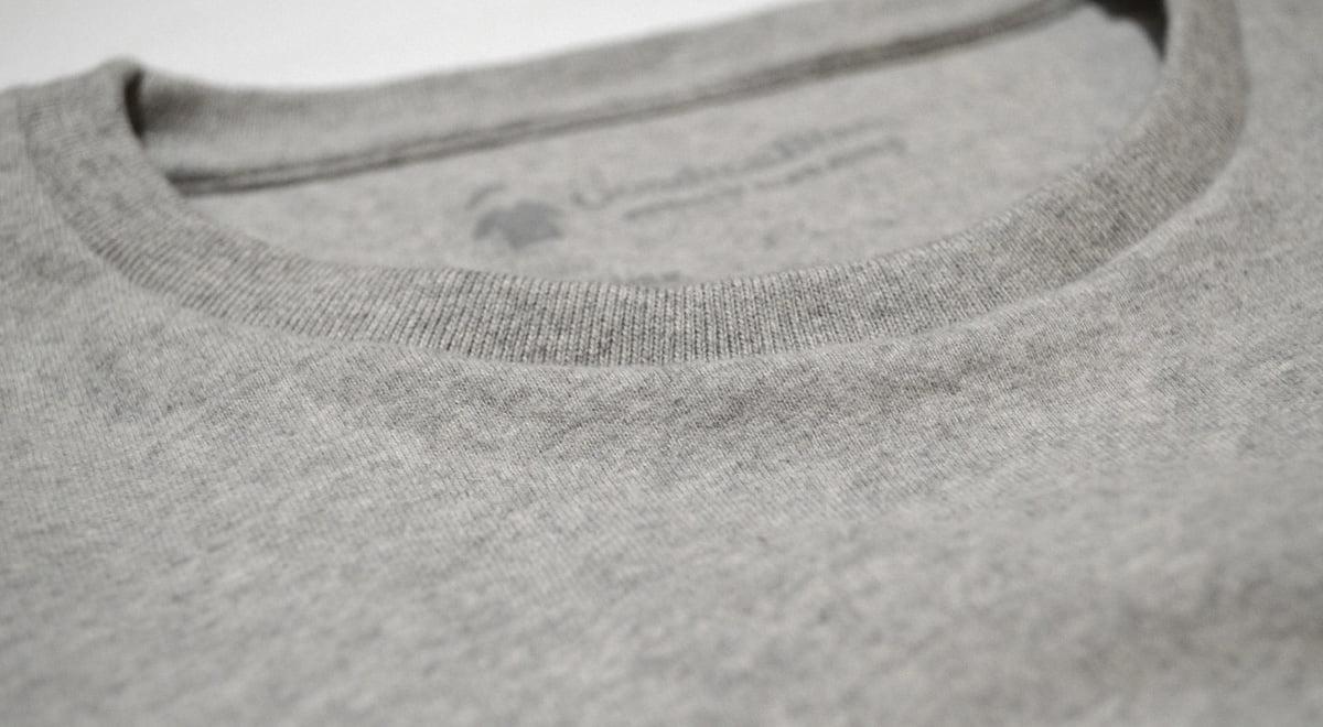 Col rond - Bord cote du T-shirt gris chiné