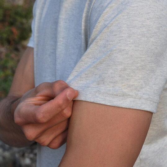 Manche courte du T-shirt gris sable - GoudronBlanc